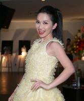 Kim Hiền bất ngờ diện váy làm từ bao cao su