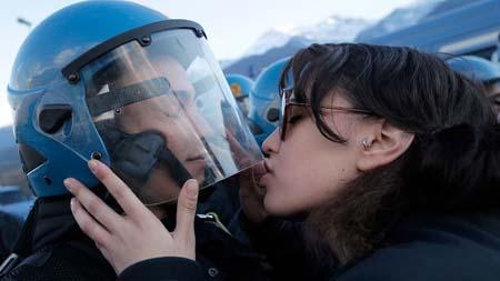 Bị khởi tố tội tấn công tình dục vì dám…hôn mũ cảnh sát