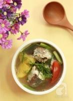 Canh cá nấu dứa nóng hổi chua thơm