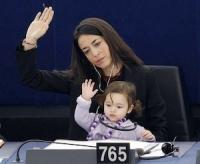 Cô bé đáng yêu lớn lên ở Nghị viện Châu Âu gây sốt khắp các mạng xã hội