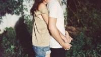 Có những ngày, em muốn được ôm anh từ phía sau
