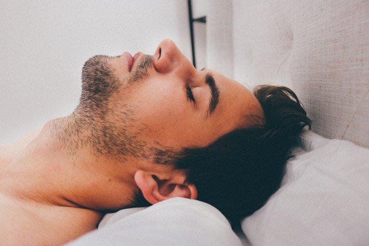 Đàn ông ngủ sau 0h dễ bị vô sinh
