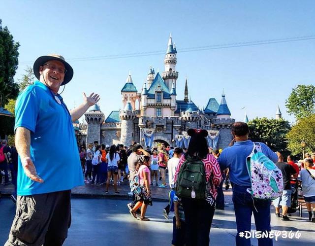 """Người đàn ông 45 tuổi """"nghiện"""" đến chơi Disneyland"""