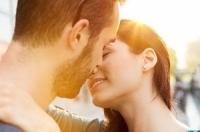 """Lúc """"khóa môi"""" ai cũng nghiêng đầu sang phải và đây là lý do"""