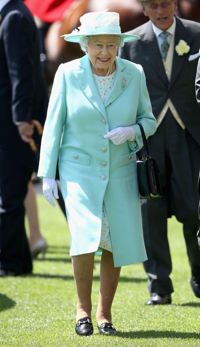 """""""Uẩn khúc"""" đằng sau việc Nữ hoàng Anh chỉ toàn diện váy mà hiếm khi mặc quần dài"""