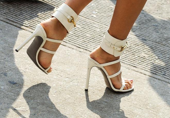 Đi giày cao gót thường xuyên có thể bị... liệt vì chèn ép dây thần kinh và gây nhiều hậu quả khác