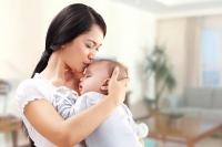 Quan niệm về người bế trẻ sơ sinh đầu tiên và thực hư đằng sau đó