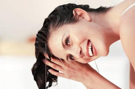 """4 lợi ích khi """"gội đầu bằng nước muối"""""""
