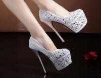 Mang giày cao gót có ảnh hưởng tới khả năng sinh sản?
