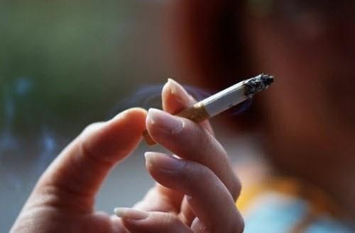 """Tưởng nữ bệnh nhân bị bạo hành vì có thuốc lá trong """"vùng kín"""", nghe giải thích BS ngỡ ngàng"""
