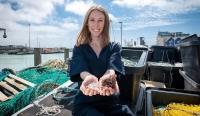 Cô gái trẻ chế bao nhựa phân hủy trong vài tuần từ da và vảy cá