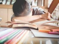 Luôn phải nén giọt nước mắt khi đi học và về nhà với vẻ tươi cười.