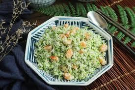 """Đầu tuần bận rộn, tôi làm món cơm chiên """"màu xanh"""" là cả nhà ăn đủ chất mà lại nhanh"""