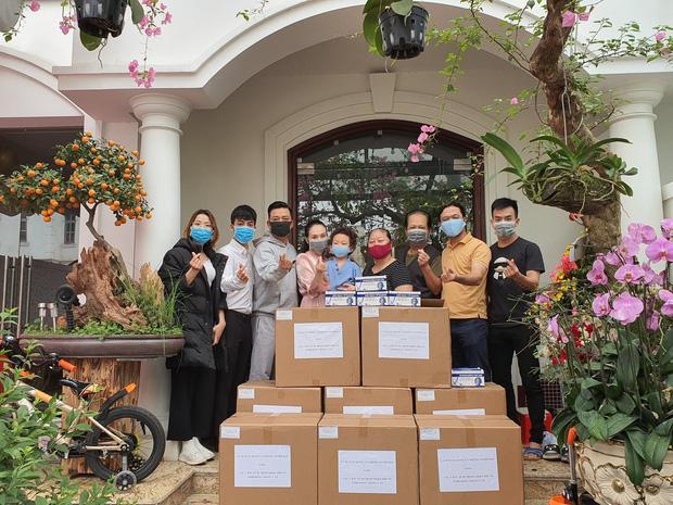 Tuấn Hưng dùng tiền cát xê để tặng 2000 khẩu trang cho Bệnh viện Nhiệt Đới