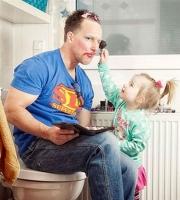 Những khoảnh khắc hài hước khi các bố chăm con