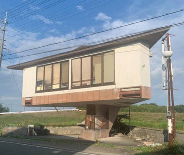 Kỳ lạ ngôi nhà nằm chênh vênh trên cầu thang
