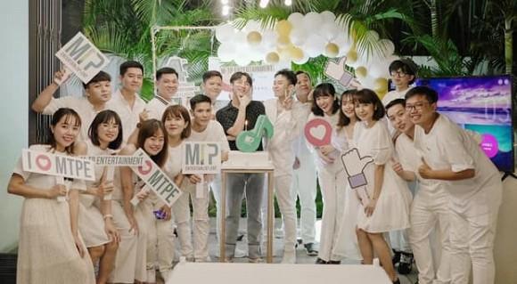 Sơn Tùng M-TP chụp ảnh cùng 'gà cưng' kỷ niệm 4 năm thành lập công ty riêng