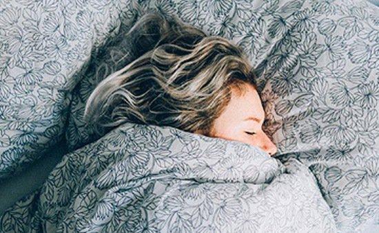 Đi ngủ không gối đầu và những lợi ích với sức khỏe không phải ai cũng biết