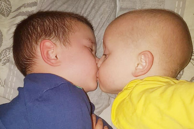 Khoảnh khắc cậu em bị tự kỷ đặt nụ hôn an ủi anh trai đang bị ung thư não khiến ai cũng xúc động