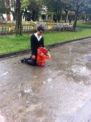 Quỳ giữa mưa lạnh xin lỗi bạn gái